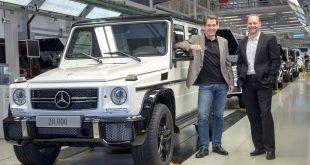 Dr. Gunnar Güthenke, Leiter Produktbereich Geländewagen Mercedes-Benz und Kurt Bachmaier, General Manager Business Unit G - Magna Steyr, mit dem Rekordfahrzeug.